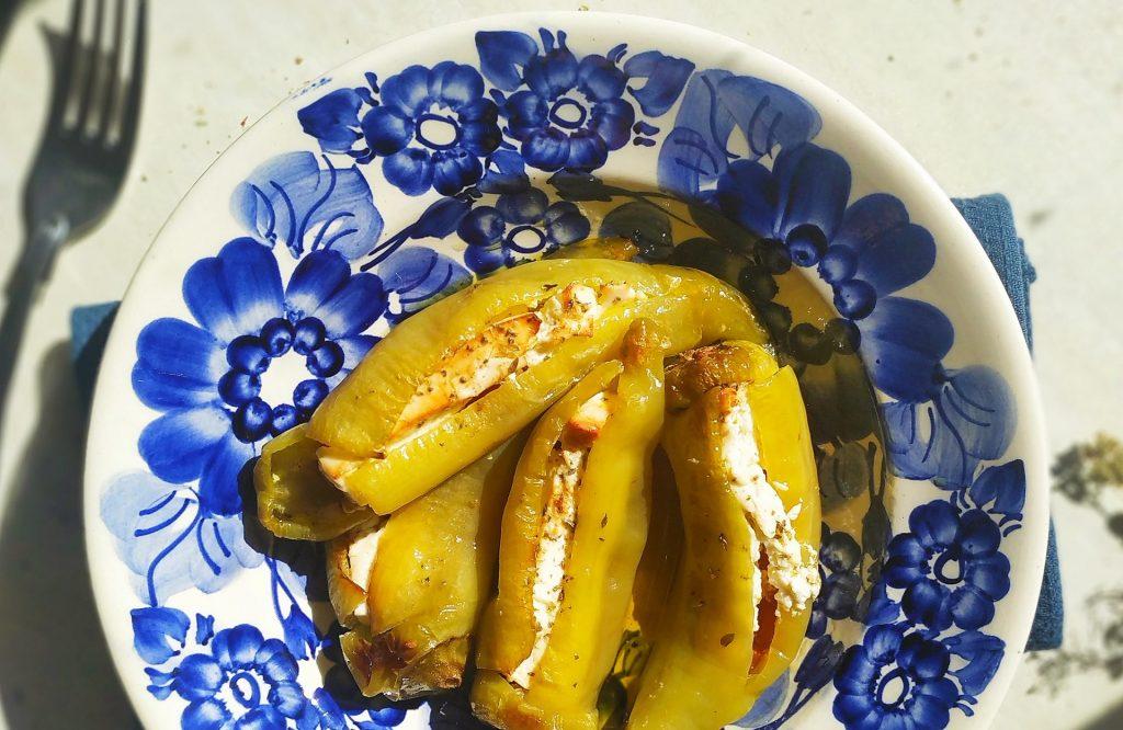 polikala piperies kerat pieczone zielone papryczki z fetą i pomidorami