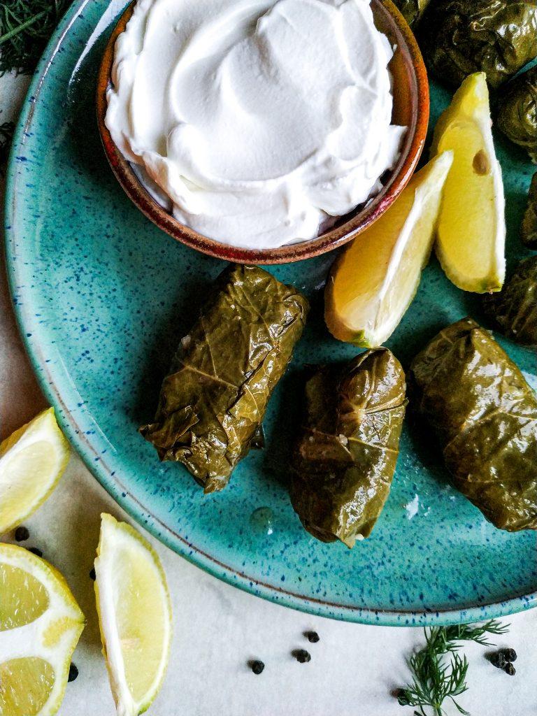 polikala dolmades gołąbki golabki w liściach lisciach winogron greckie